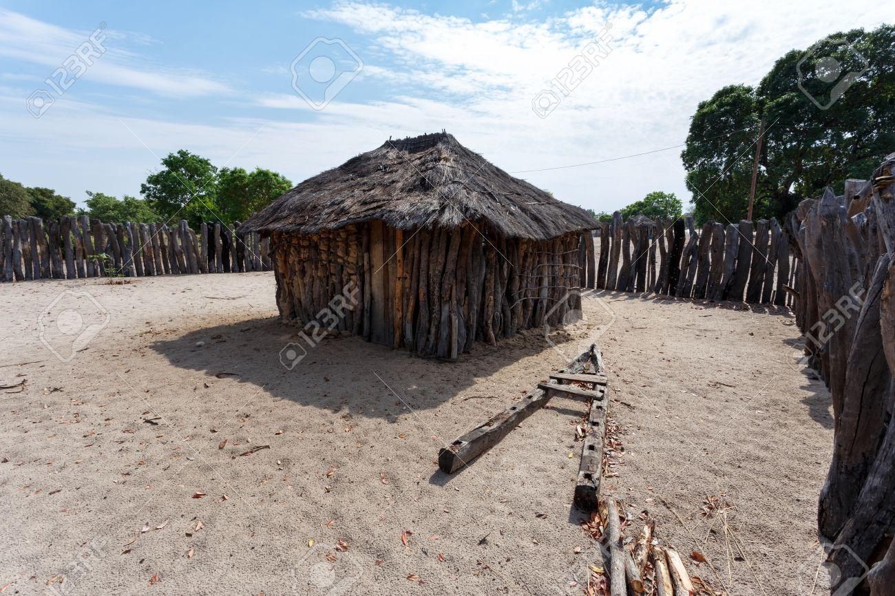 Village traditionnel africain avec logés et bois clôture en namibie près de la ville dans