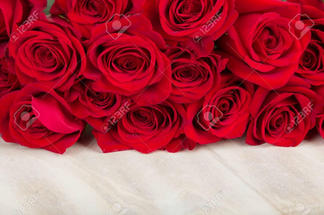 Cadeau De Saint Valentin Avec Bouquet De Roses Rouges Fraîches Et Espace Pour Le Texte Concept De Lamour