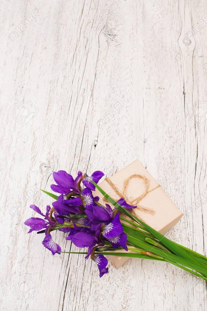Immagini Stock Mazzo Di Fiori Viola Iris E Regalo Su Uno Sfondo Di
