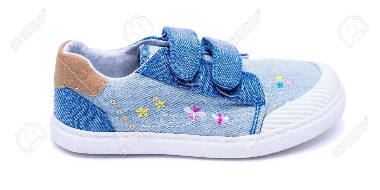 Archivio Fotografico - Scarpe da bambino in denim moda per i piedi dei più  piccoli. Scarpe da tennis per bambini isolati su sfondo bianco b2f1b92f528c