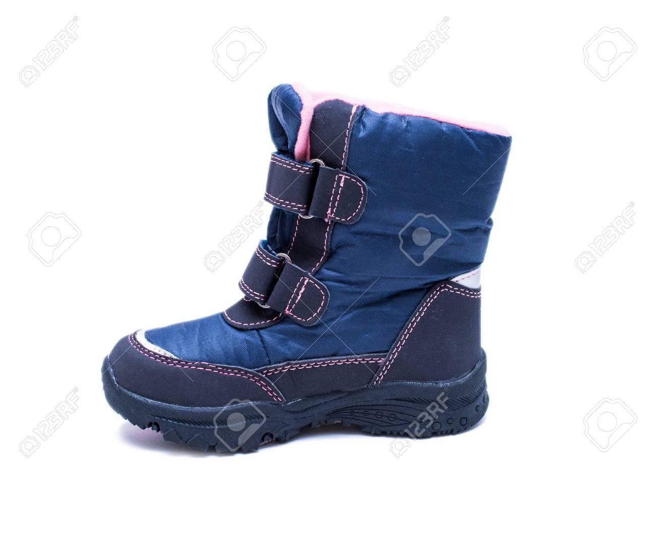 Las botas de la moda del otoño o del invierno de los niños aisladas en el fondo blanco. Zapatos de bebé