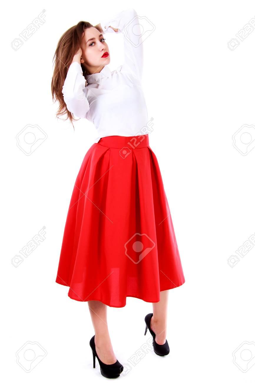 c60b5b18696e Banque d images - Belle jeune femme dans un chemisier blanc et une longue  jupe rouge isolé sur fond blanc