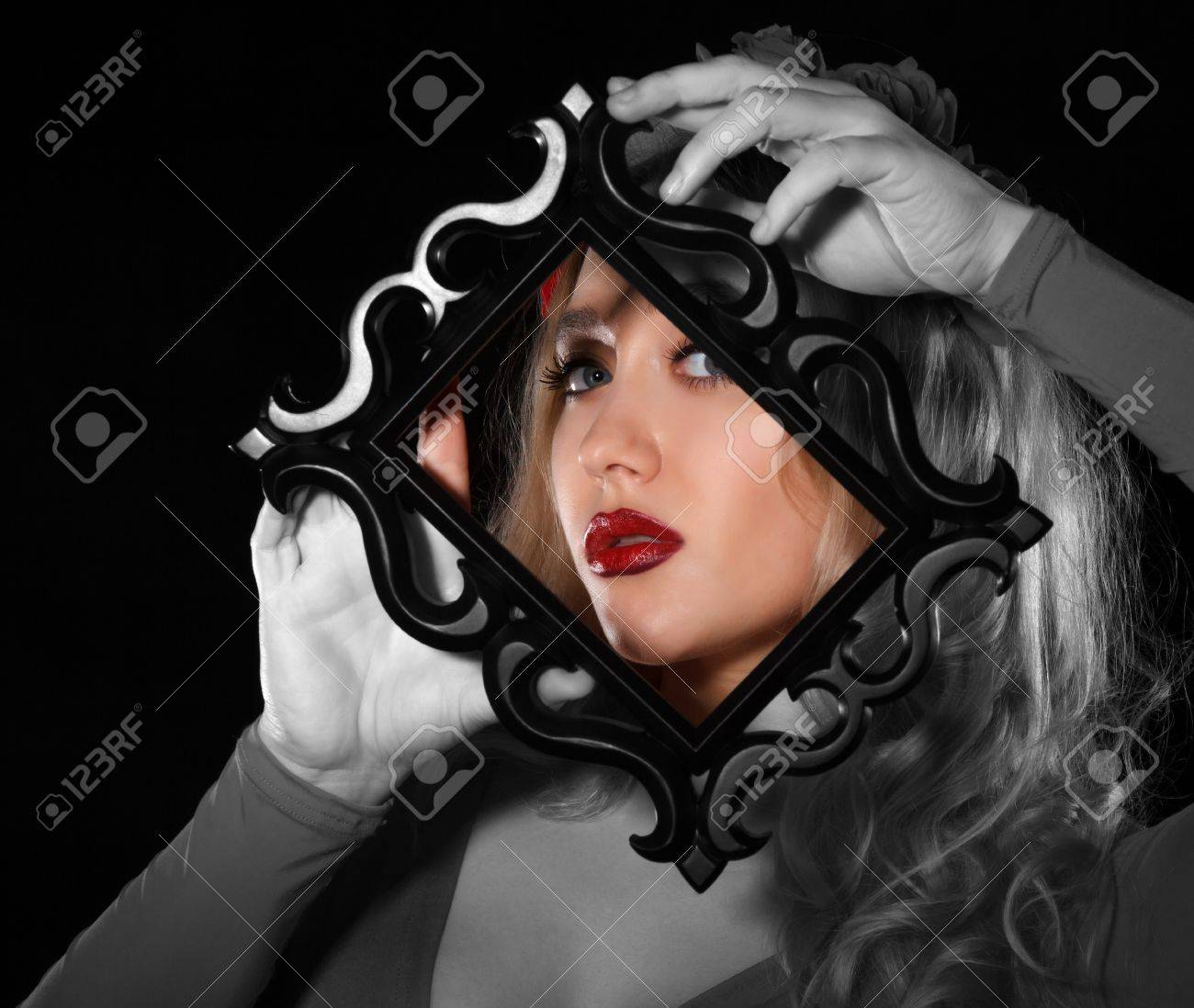 Hübsche Junge Frau, Einen Rahmen Vor Ihr Gesicht Auf Schwarzem ...