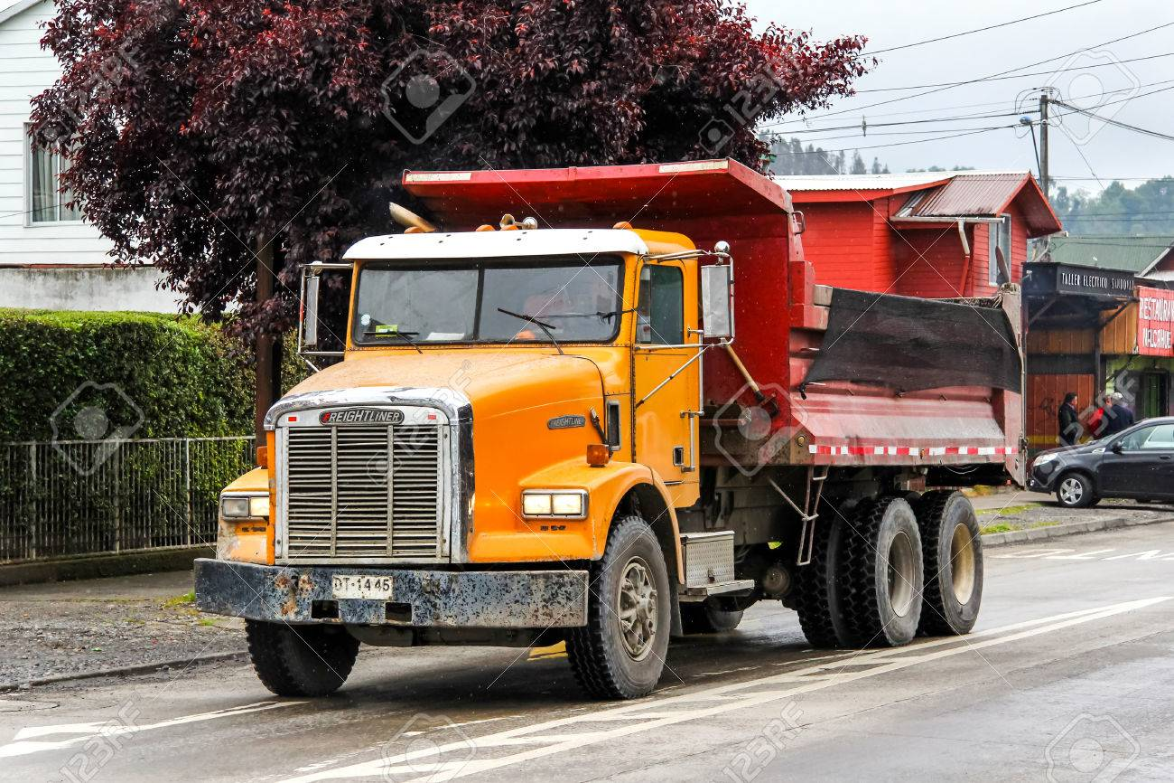 VILLARRICA, CHILE - NOVEMBER 20, 2015: Dump truck Freightliner FLD in the town street. - 56926558