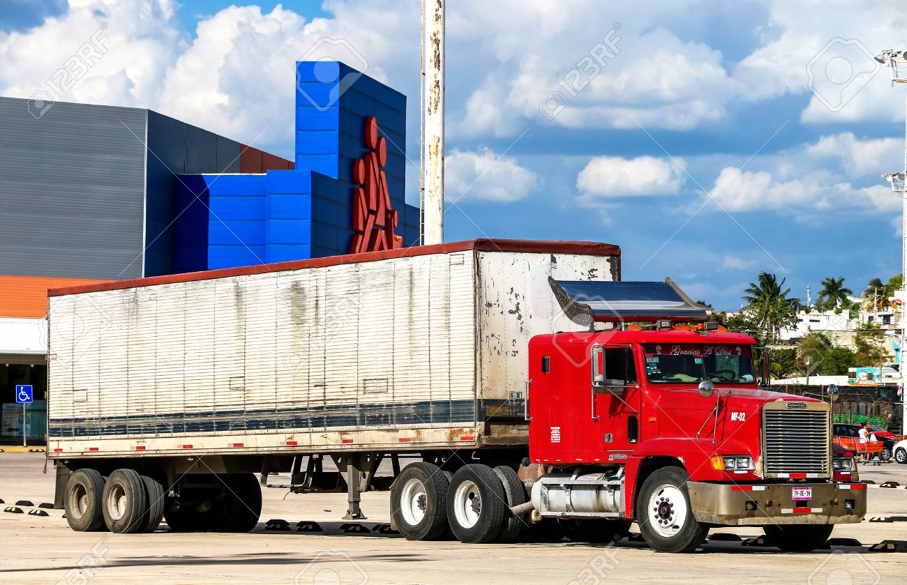 CAMPECHE, MEXICO - MAY 20, 2017: Semi-trailer truck Freightliner FLD in the city street. - 83119677