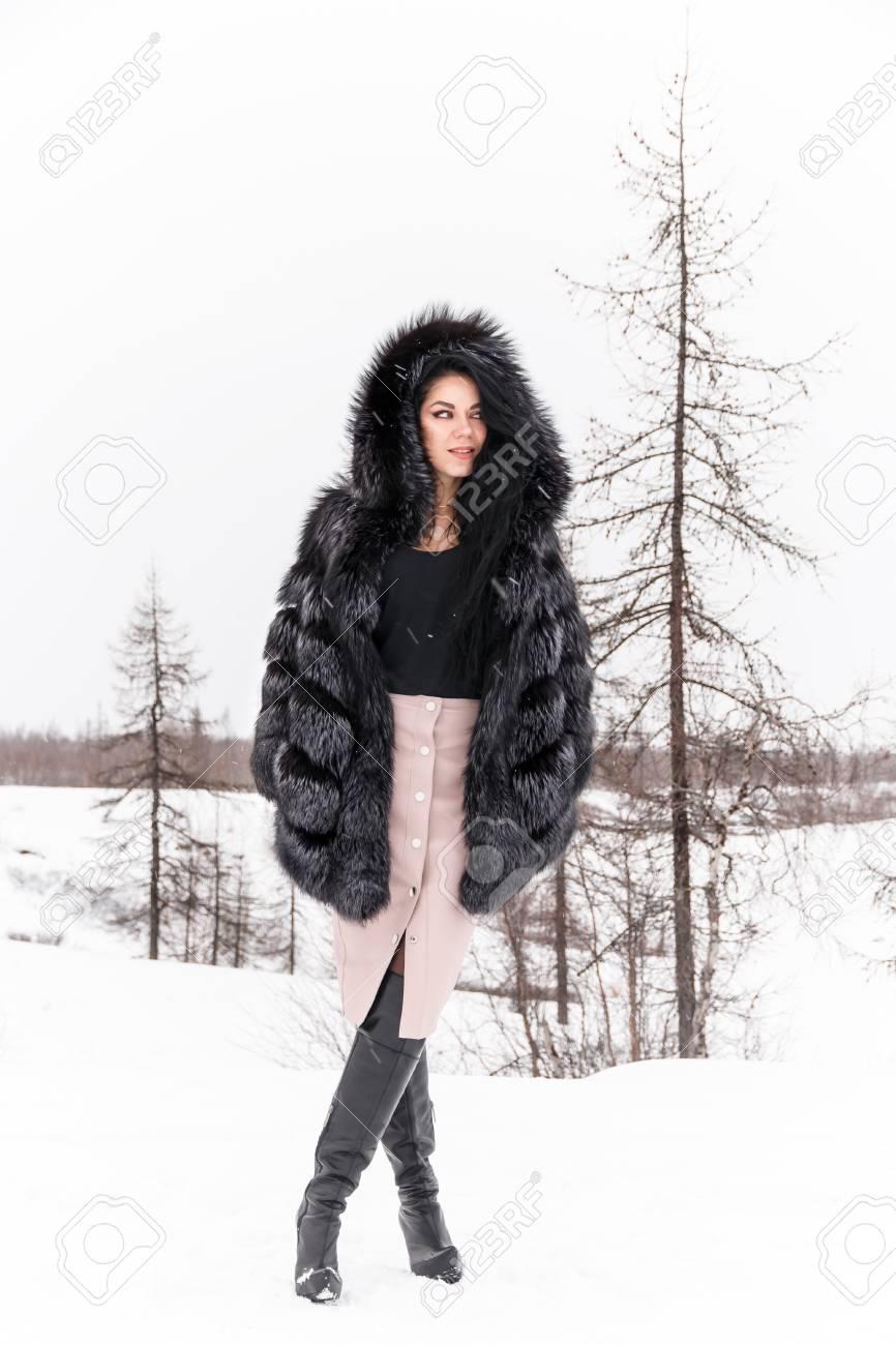 De Une D'hiver Forêt Manteau Fourrure Femme Un Jolie Jeune Dans 1ZqppR