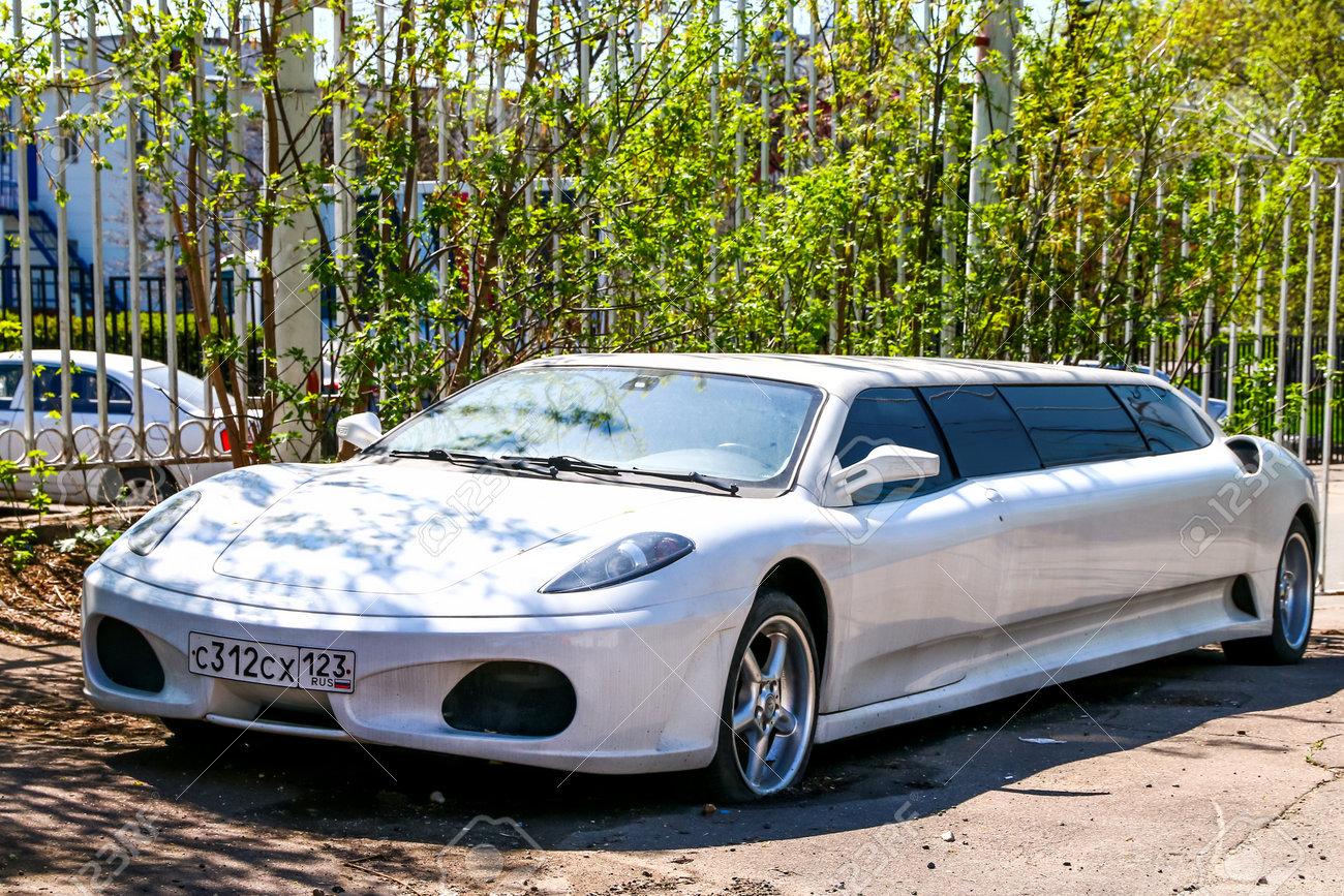 La cofetarie  - Page 2 104800631-moscow-russia-march-3-2018-white-limousine-ferrari-f430-in-the-city-street-