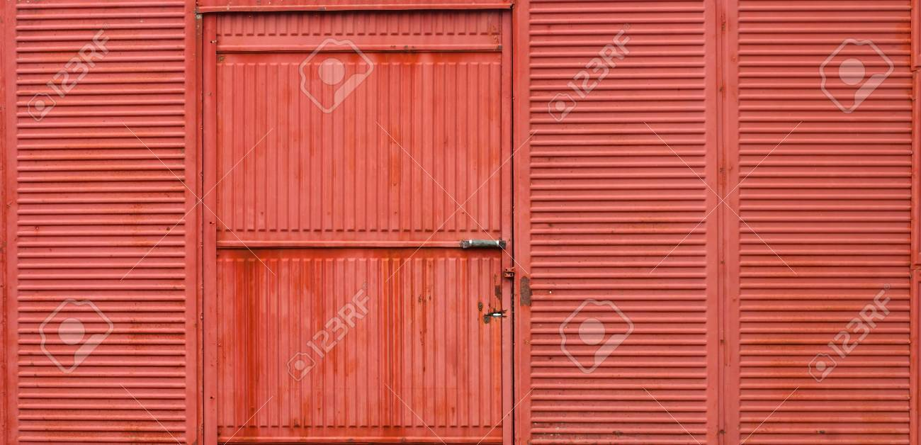 Etonnant Rusty Corrugated Metal Red Wall And Door Stock Photo   33390763