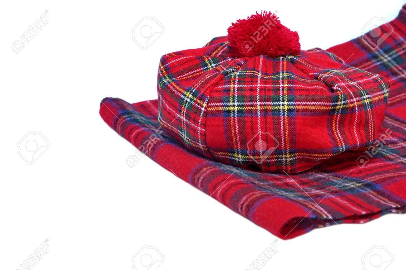 fa83ed8b173b Banque d images - Rouge traditionnelle écossaise Tartan Bonnet et écharpe  Hommes coiffures et cravates isolé sur fond blanc.