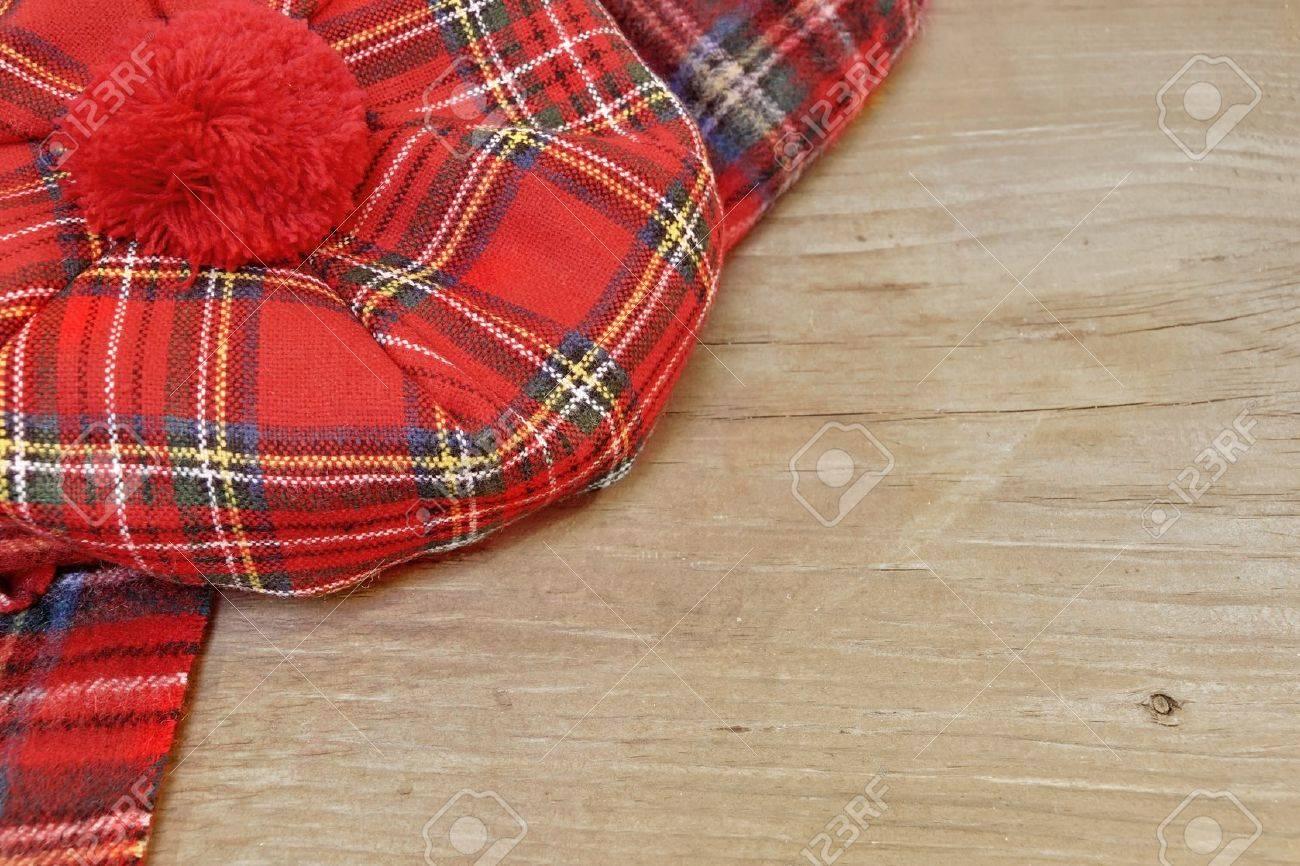 08f4d2b5eaa6 Banque d images - Rouge traditionnelle écossaise Tartan Bonnet et écharpe  Hommes coiffures et cravates à bord du bois grunge. Arrière-plan avec  l espace ...