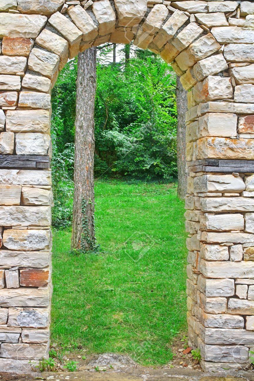 Antiguo Arco De Piedra En El Jardn De Verano Fotos Retratos