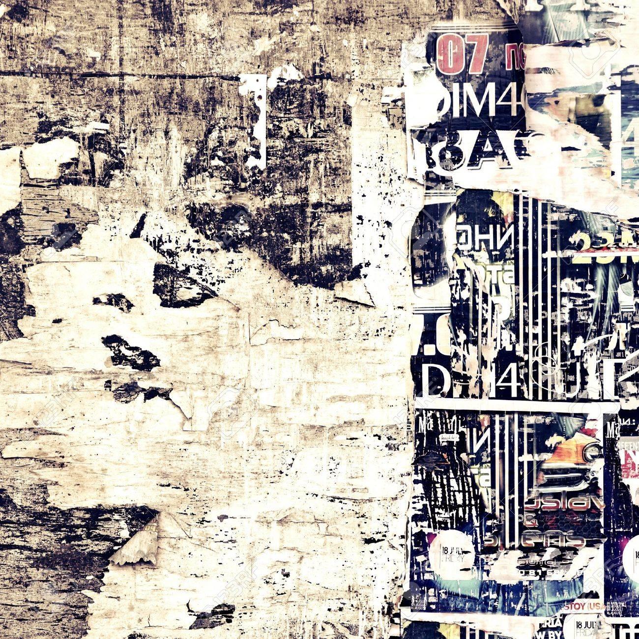 Alten Verwitterten Holz Plakatwand Mit Zerrissenen Poster Weinlese