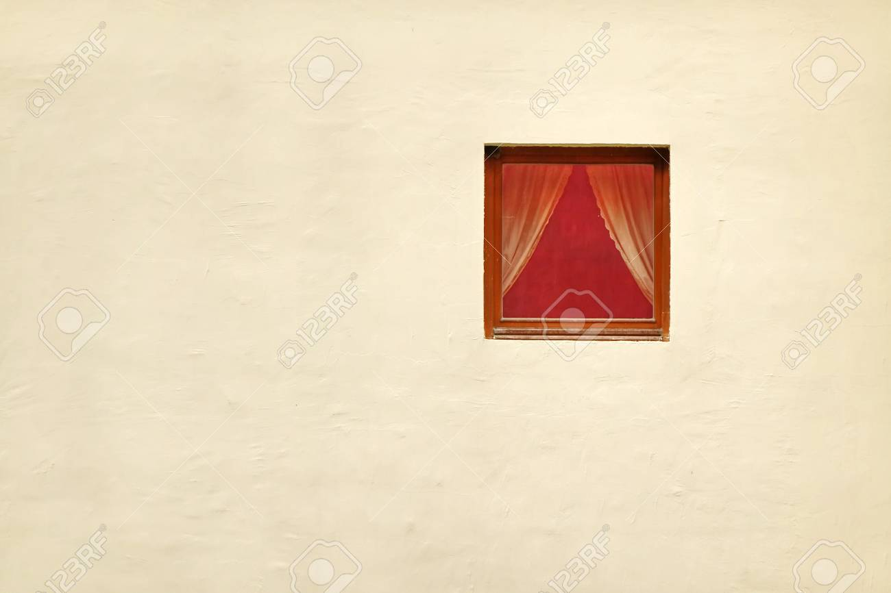 Tende Per Finestra Singola : Singola finestra rossa con le tende nel fondo rustico della parete