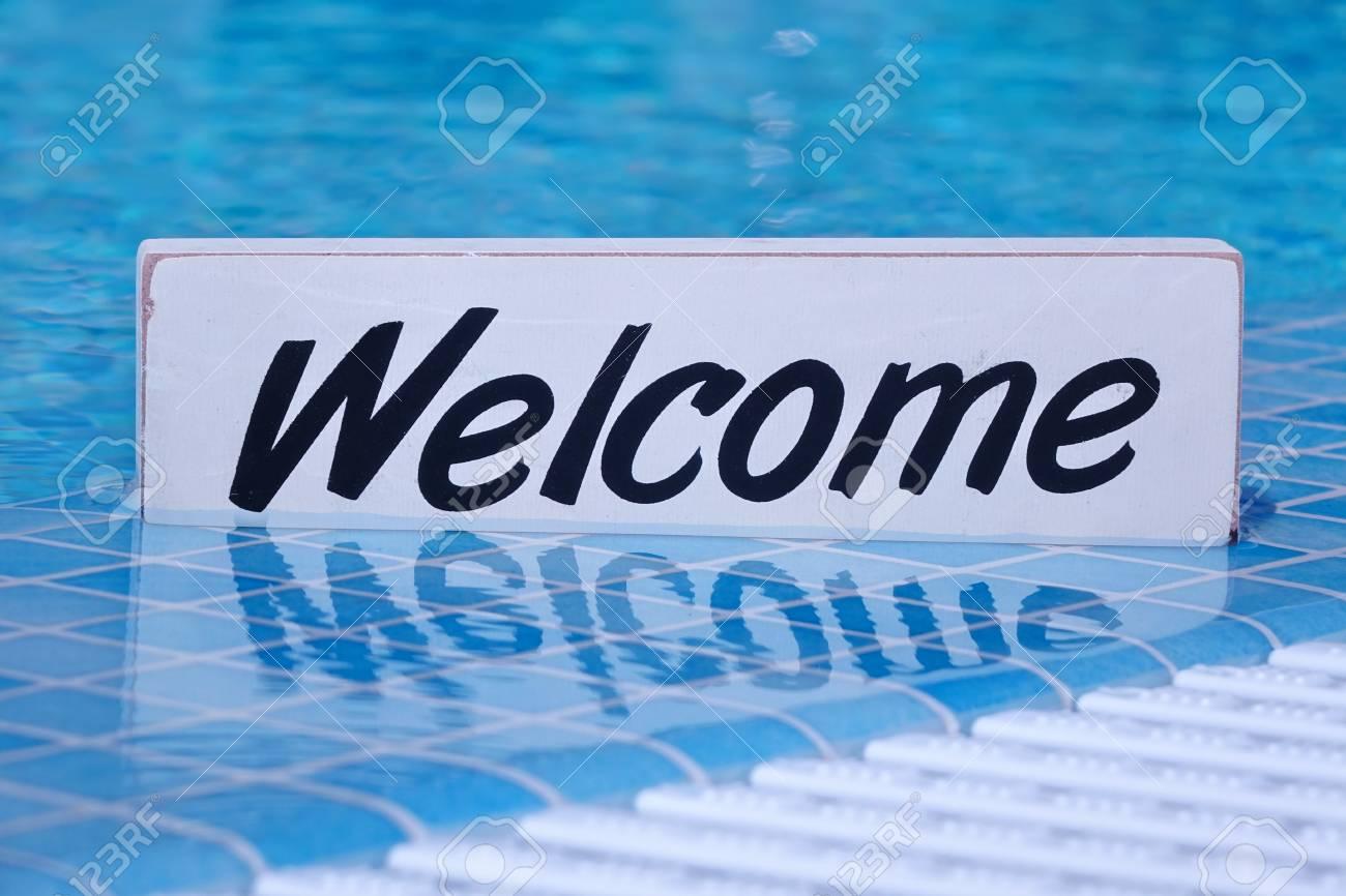 Willkommenes Zeichen Und Leeren Swimmingpool Oberfläche Im ...