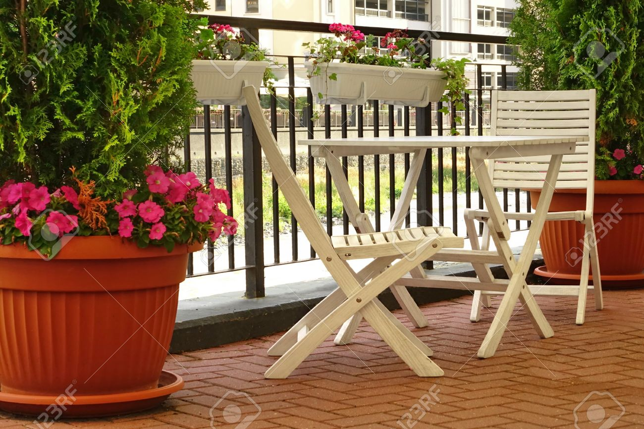 Balkon Mit Holzmobeln Und Dekorative Kleinen Garten Blumentopfe Auf