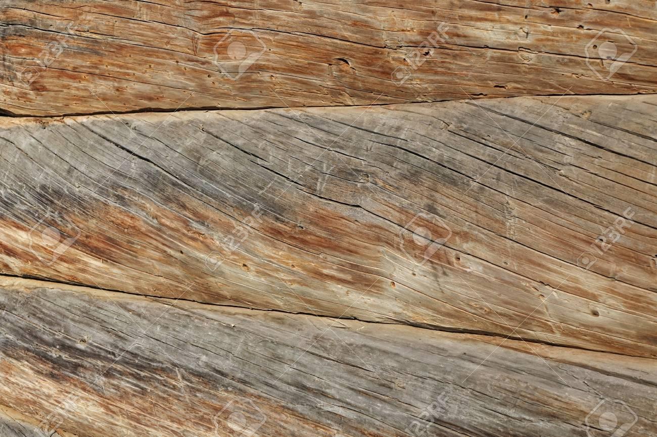 Moderne Hand Gehauen Natur Log Cabin Wand Gebäudefront Fragment Textur.  Rustic Log Wand Horizontal