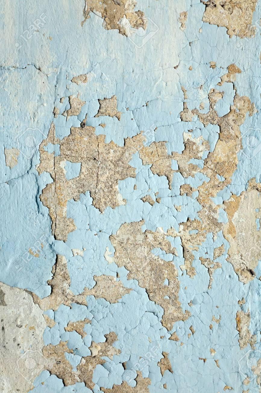 汚れた白い黒で濃い塗り壁は傷垂直テクスチャです 灰色漆喰背景はがす