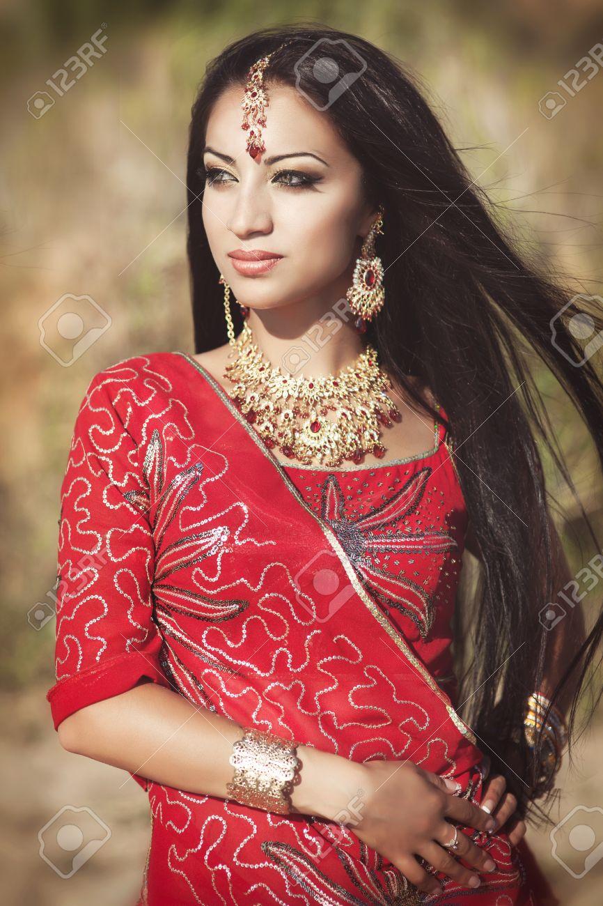 Che farete ? 22385228-Bella-giovane-donna-indiana-in-abiti-tradizionali-con-il-trucco-da-sposa-e-gioielli-splendida-bruna--Archivio-Fotografico