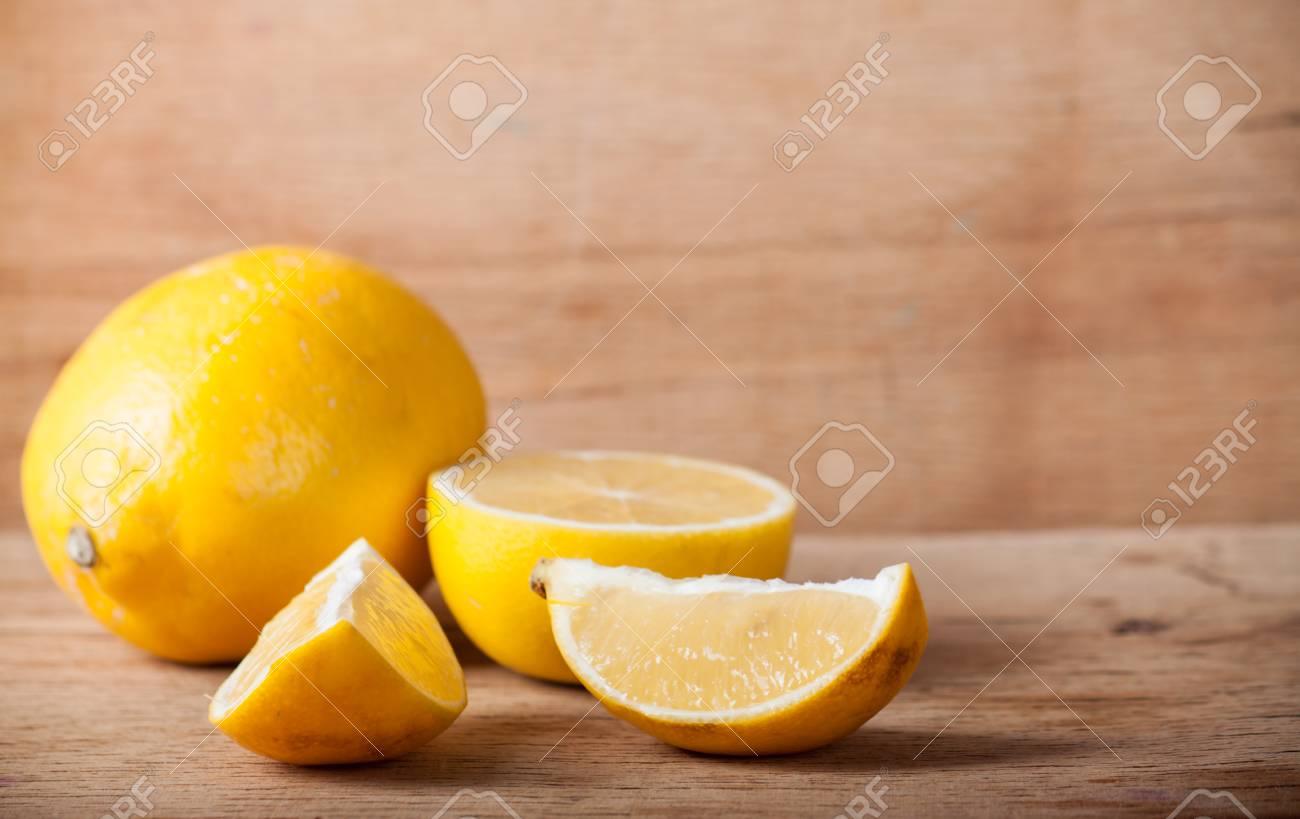 Un citron frais et mûr sur un bureau en bois. fond de la nature
