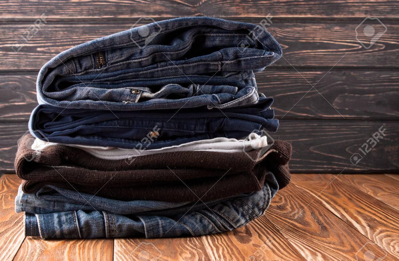 Vieux vêtements sur le bureau en bois. concept de seconde main