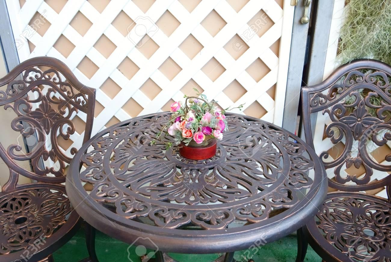 Tavoli E Sedie Stile Vintage.Immagini Stock Tavolo Intagliato E Sedia Con Vaso Rosa Rosa Stile