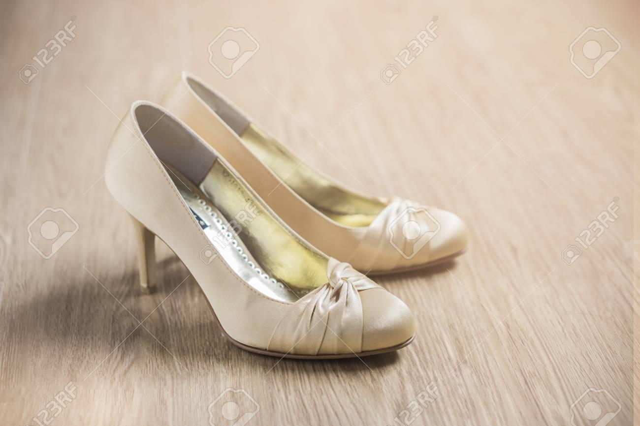 brand new 027e3 f1b13 Wedding still life - Bouquet da sposa e scarpe sposa, belle scarpe bianche  d'oro da sposa su woodden, epoca a colori, messa a fuoco selettiva.