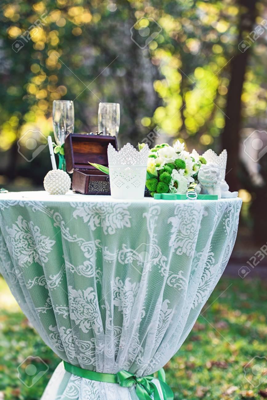 Grune Hochzeitsdekorationen Tisch Mit Einem Grunen Tuch Dekoriert