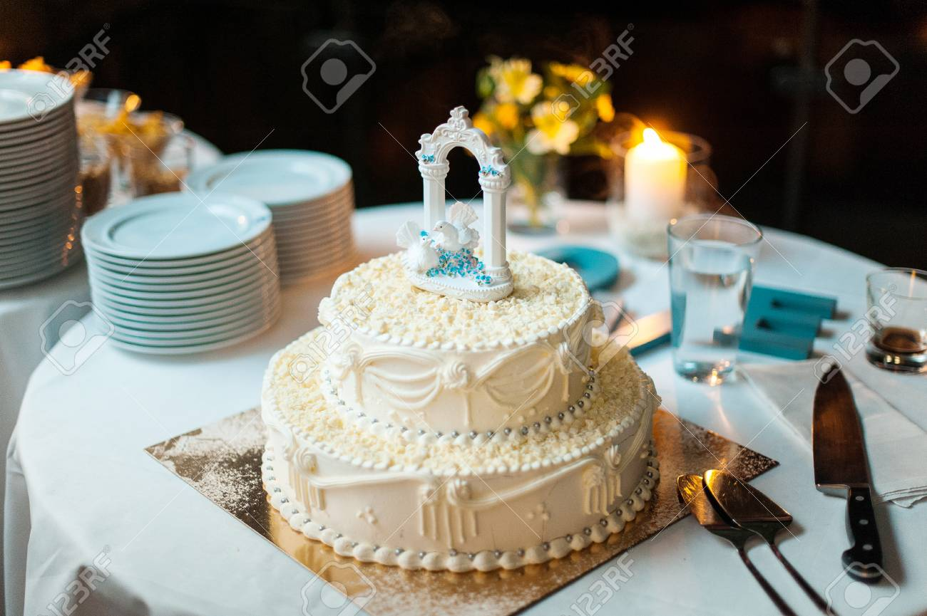 Hochzeitstorte Mit Zwei Weissen Tauben An Der Spitze Lizenzfreie
