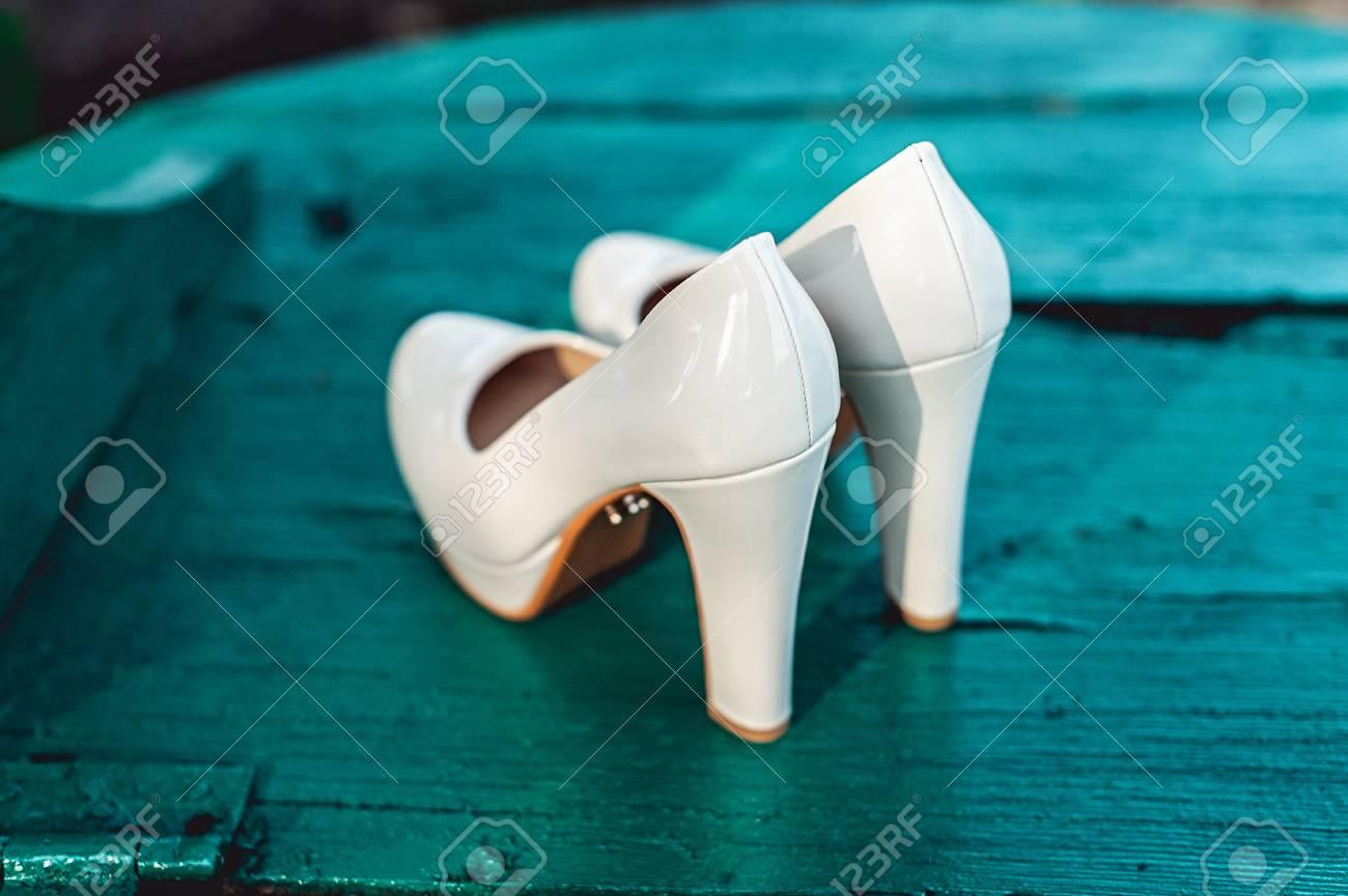Banque d images - Mariées chaussures biege sur le talon sur une planche de  bois couleur tiffany be0acacae57c