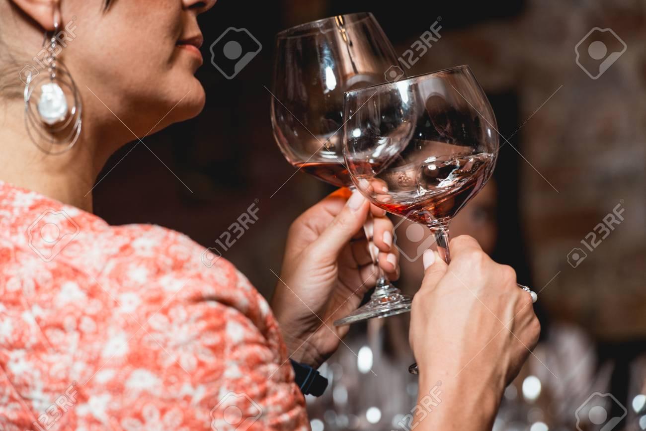 Frau Hält Glas Wein Leute Schauen Die Farbe Des Weins Und