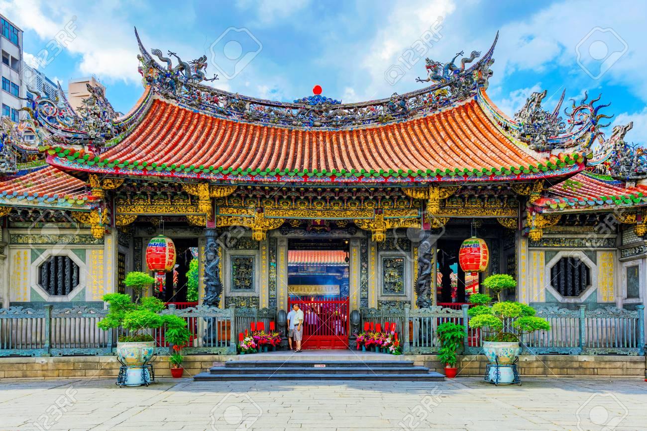 台北, 台湾 - 6 月 7 日: この龍山寺、2017 年 6 月 7 日に台北に ...