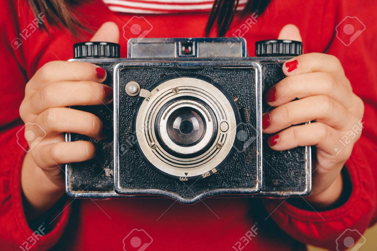 Retro mittelformat kamera in händen kleine mädchen mit roten nägeln