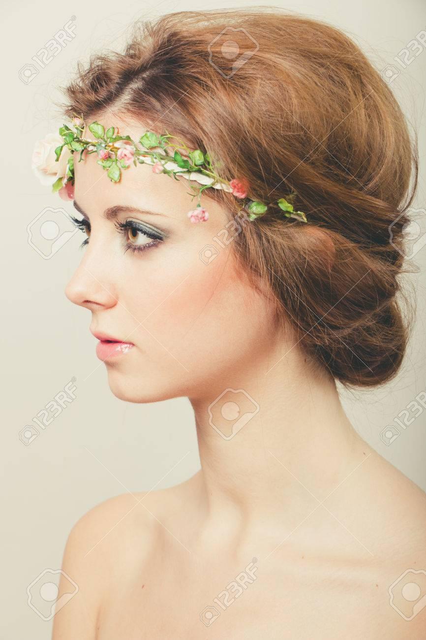 hermosa mujer rubia con el pelo recogido con una diadema de rosas foto de archivo