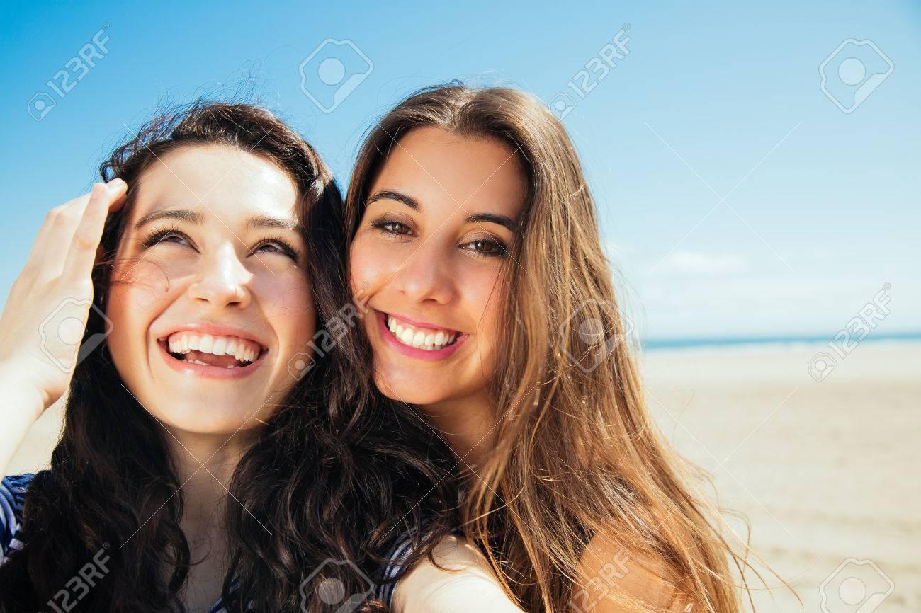Amigas Divertidas En Las Vacaciones Que Toman Autofotos En La Playa