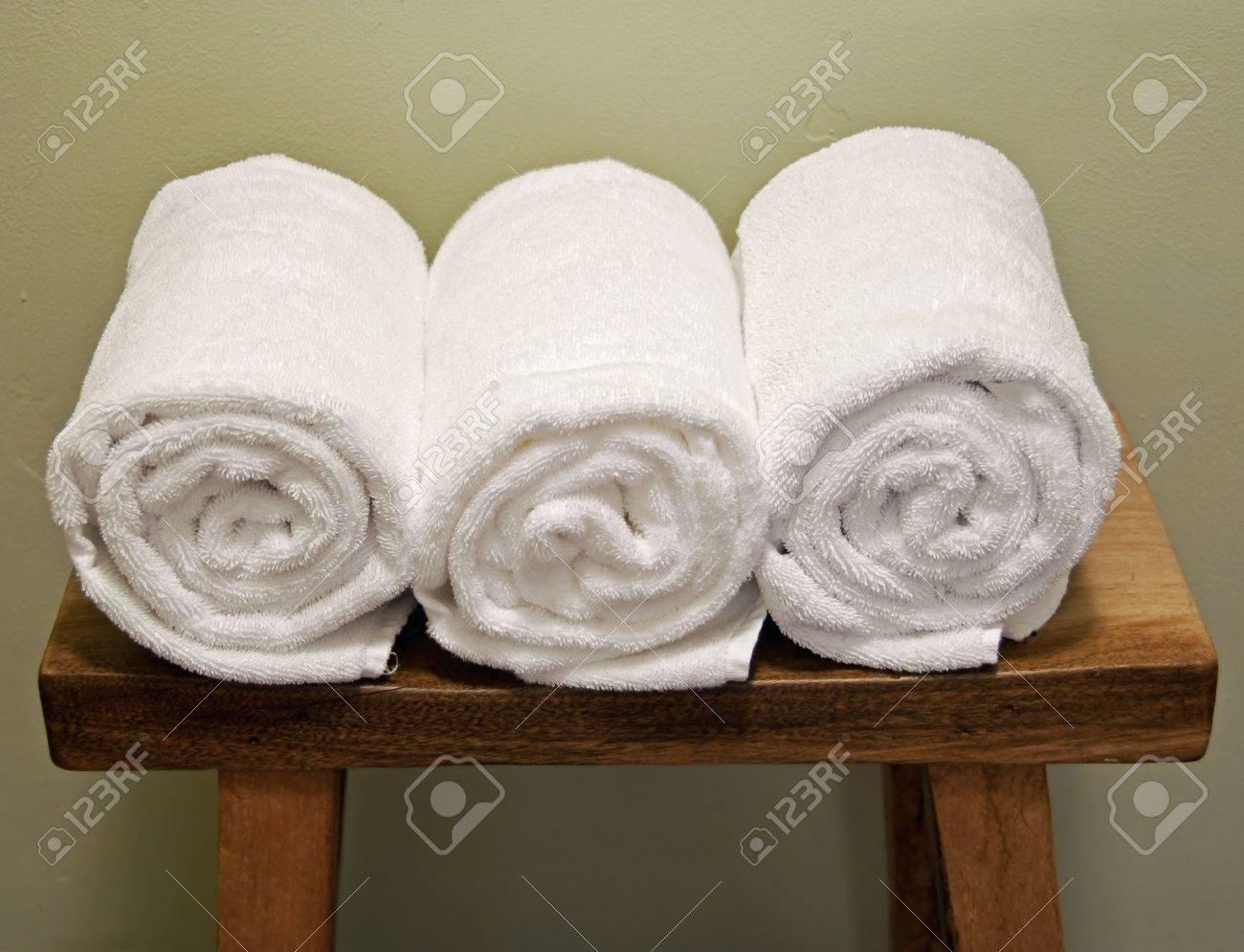 Gut gemocht Saubere Handtücher Rollen Auf Einer Bank Lizenzfreie Fotos, Bilder WE28