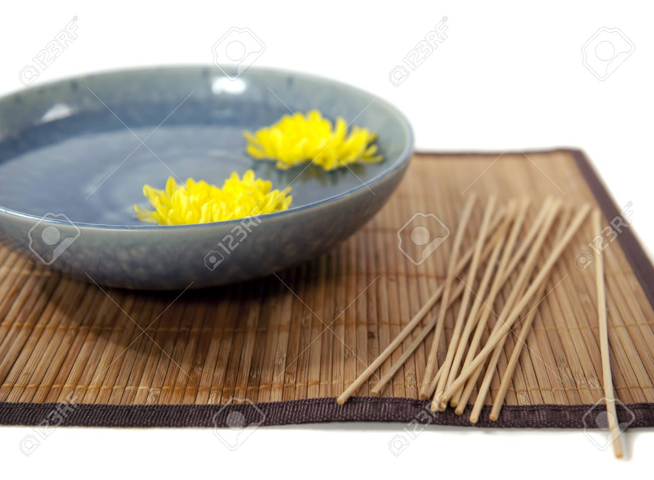 chrysanthumum flowers in a blue bowl - 9651330