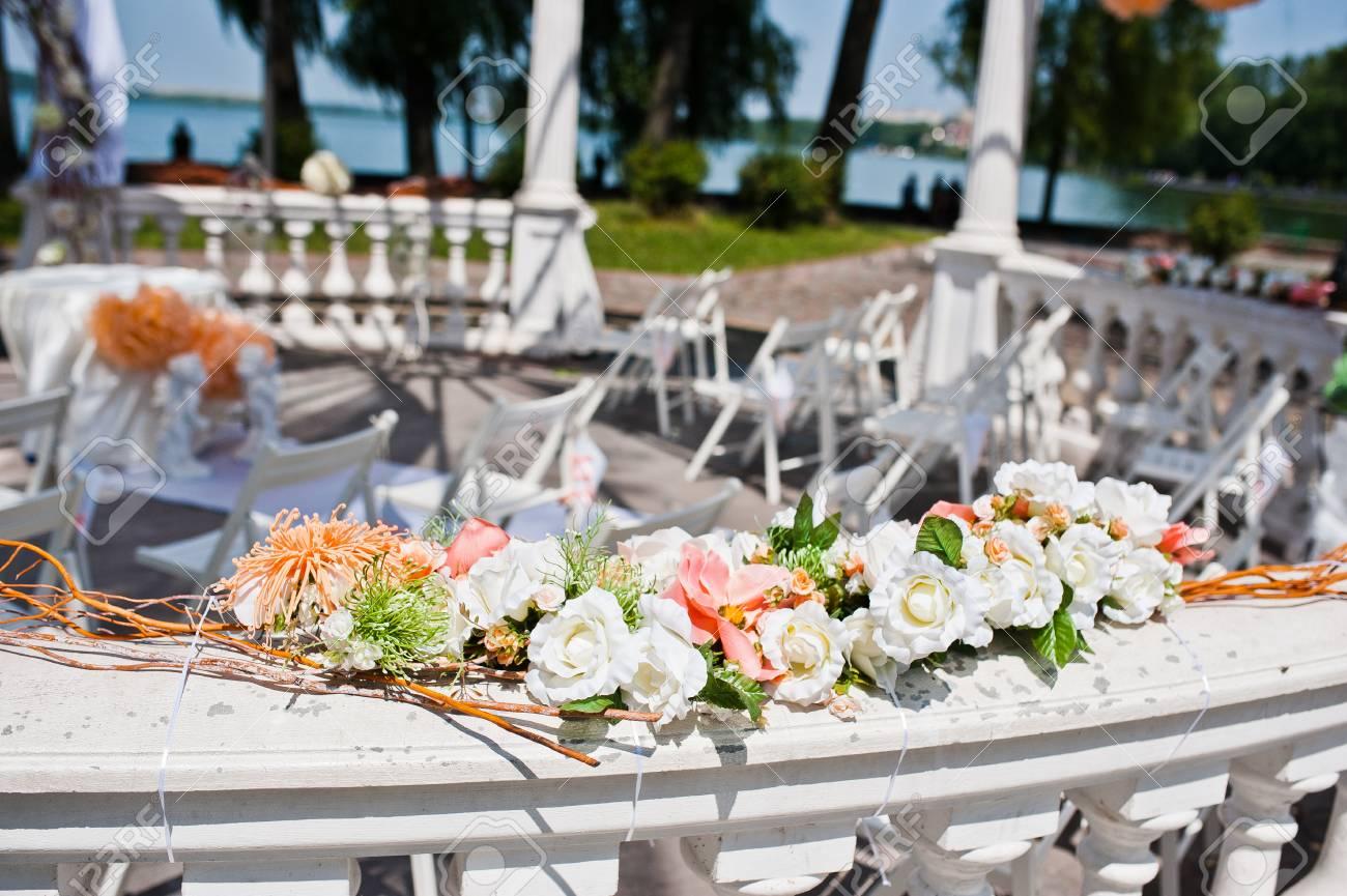 Hochzeitsbogen Mit Stuhlen Und Vielen Blumen Und Dekor Lizenzfreie Fotos Bilder Und Stock Fotografie Image 47331601