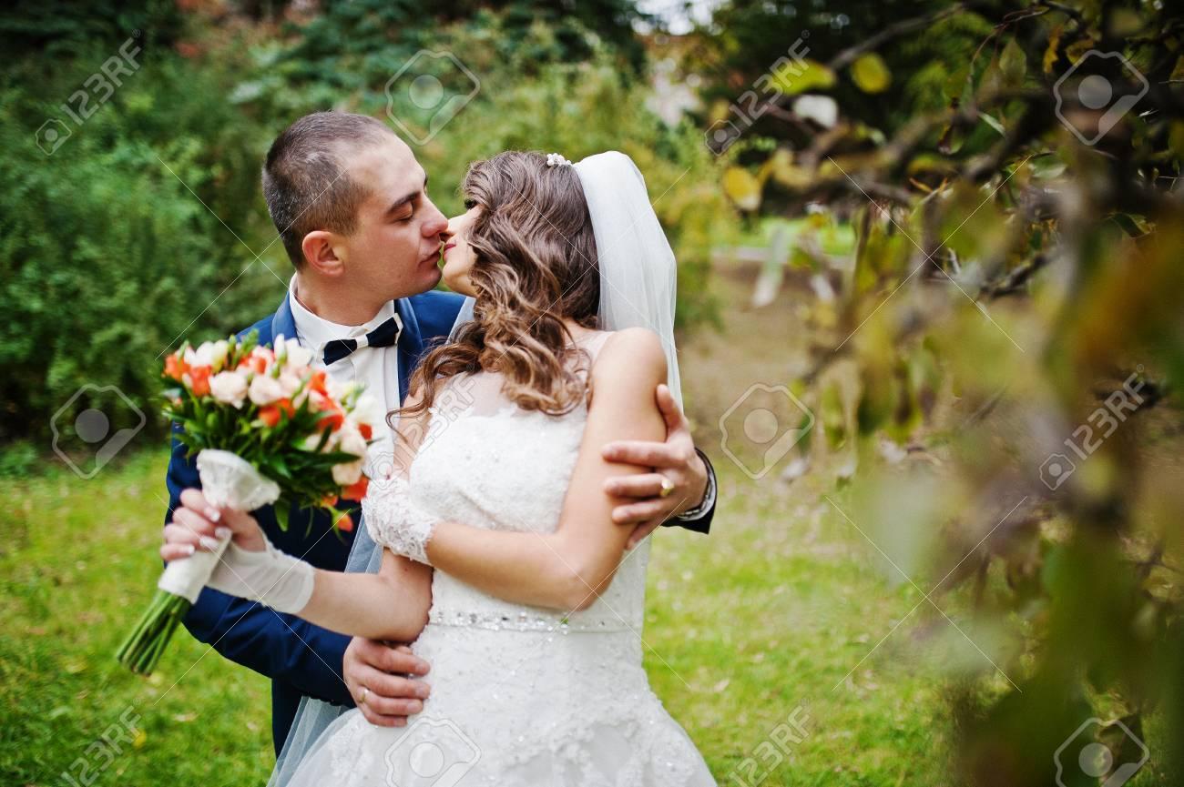 Schliessen Sie Herauf Portrat Des Kussens Von Hochzeitspaaren