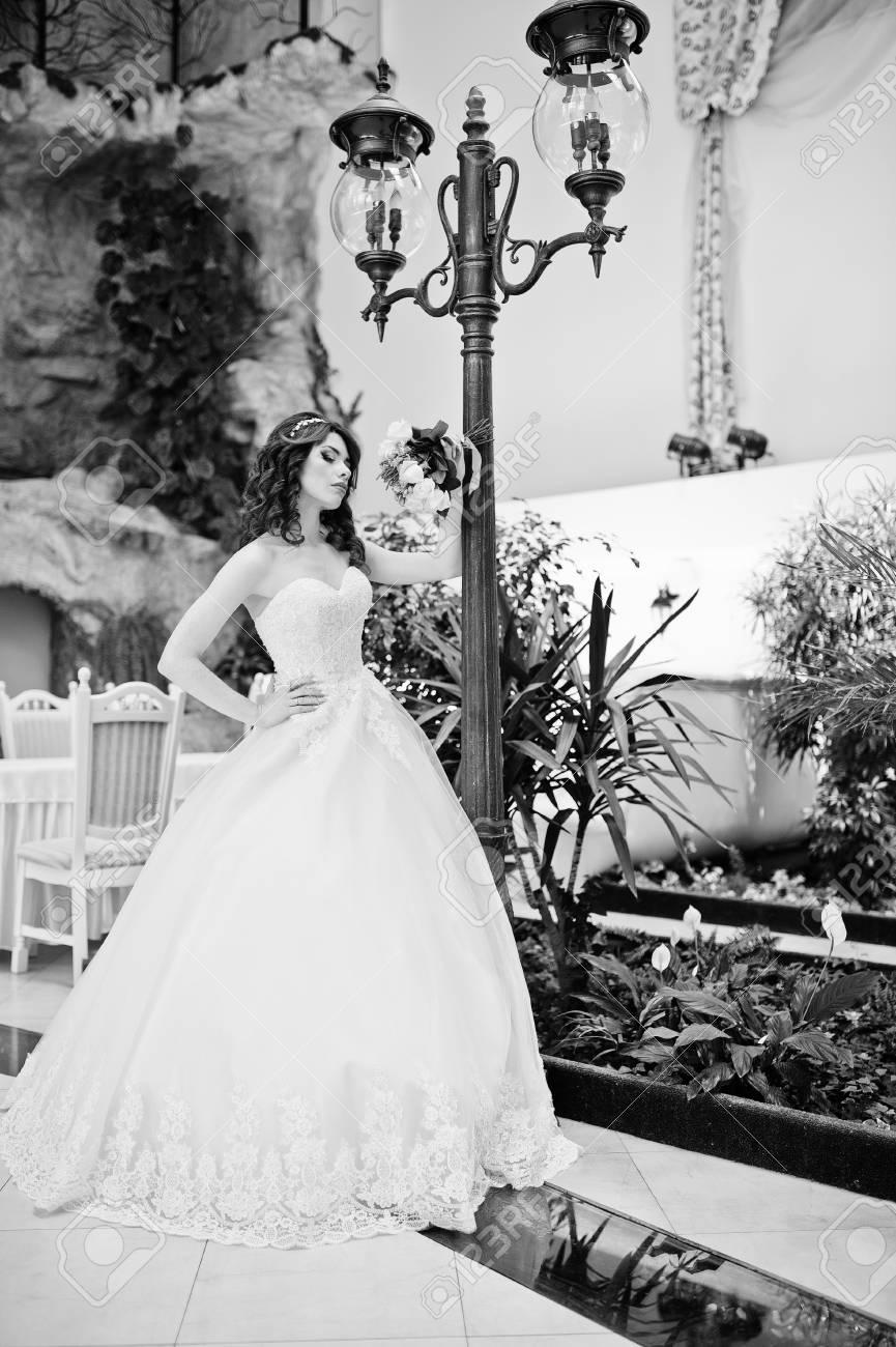 Portrat Des Charmanten Rothaarige Braut Modell Mit Hochzeitsstrauss