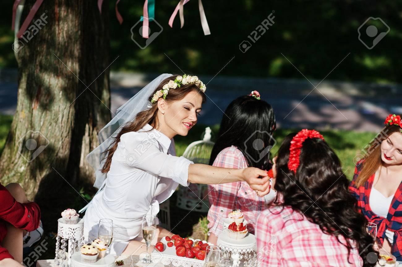 Niñas Felices Y Sexys Sentado En La Mesa De Picnic Y Comer Fresas En Despedida De Soltera