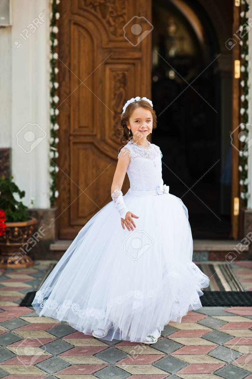Portrait Des Netten Kleinen Mädchens Auf Weißem Kleid Und Kranz Auf