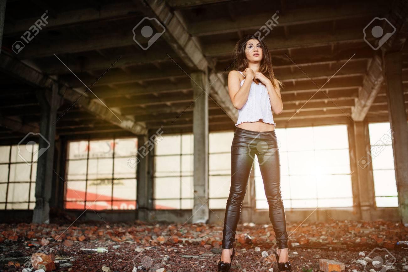 De Llevaba Retrato Linda Morena Joven Cuero Chica Pantalones z8xvqdxw