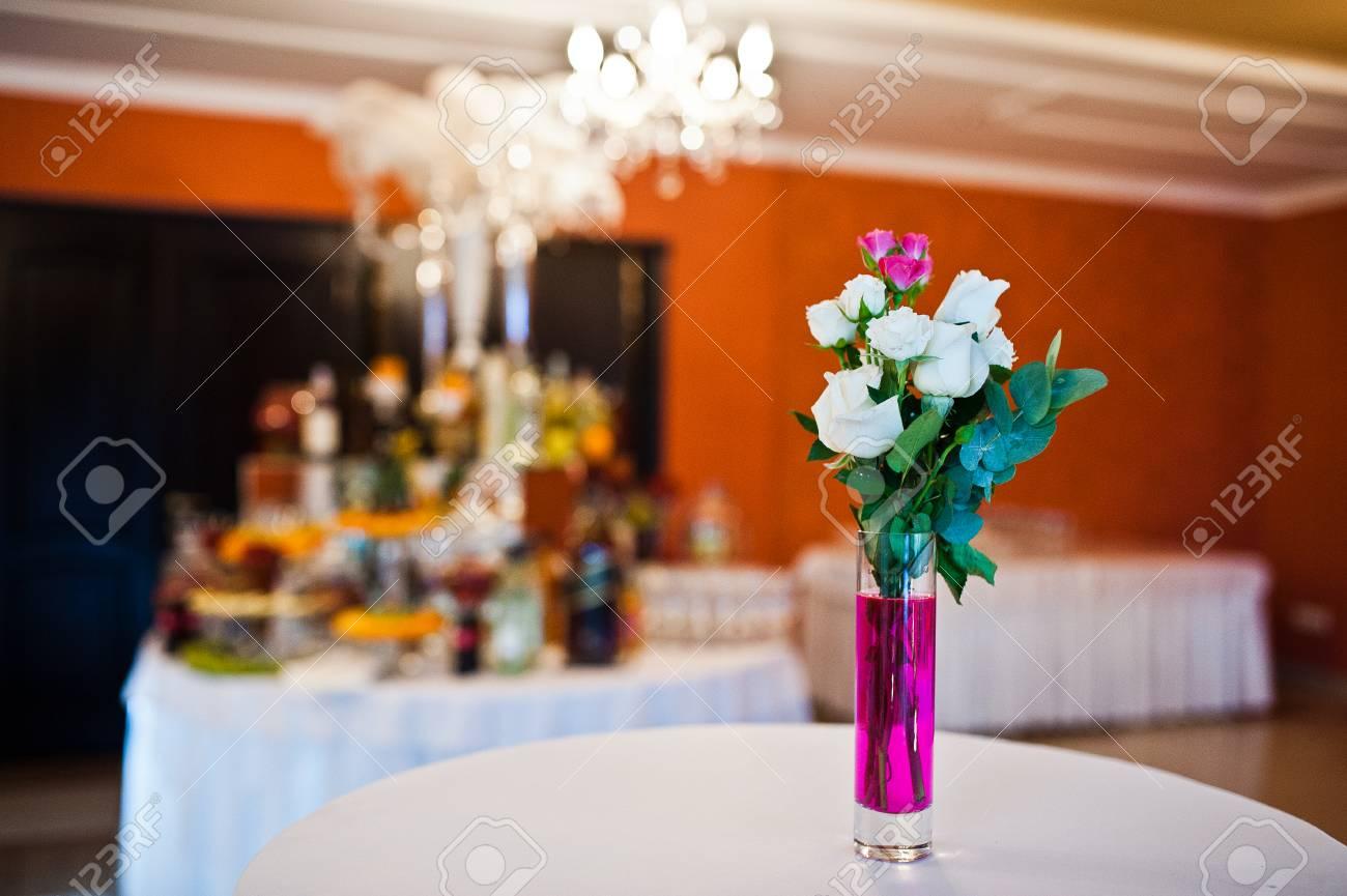 Blumen Auf Vase Mit Rosa Wasser Bei Tisch Von Hochzeitsgasten