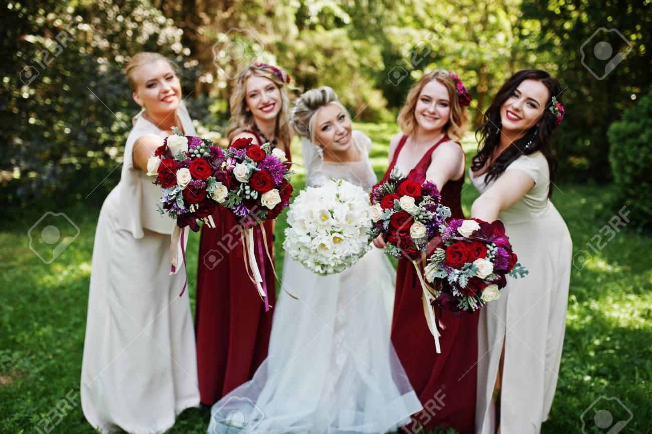 Wunderschöne Blonde Braut Mit Vier Brautjungfern Bei Roten Und Beige ...