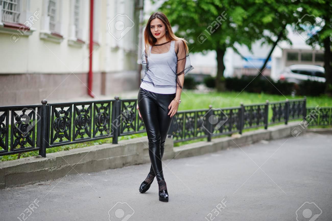 Modische Frau Blick Auf Weisse Hemd Schwarze Transparente Kleidung