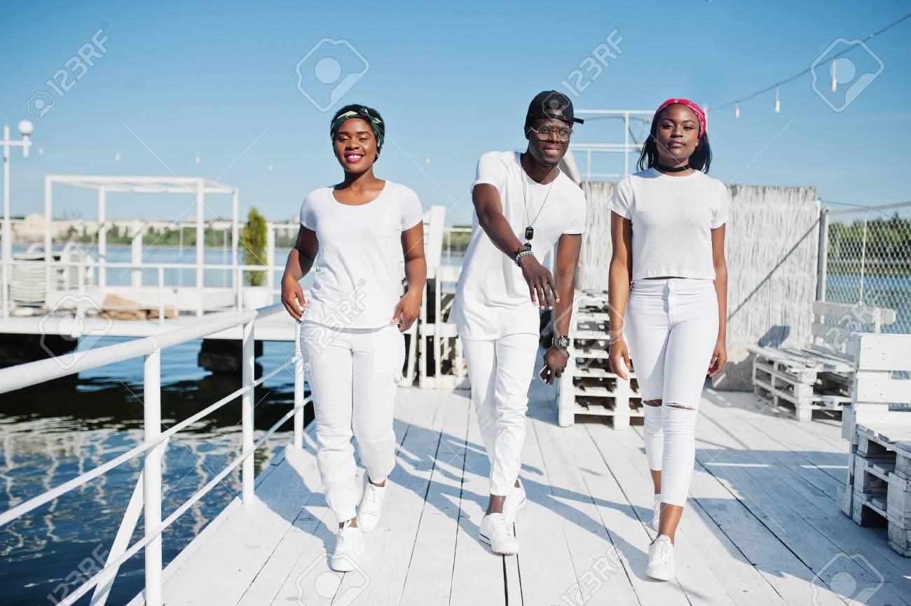 Schwarzer Mann Zwei weiße Mädchen