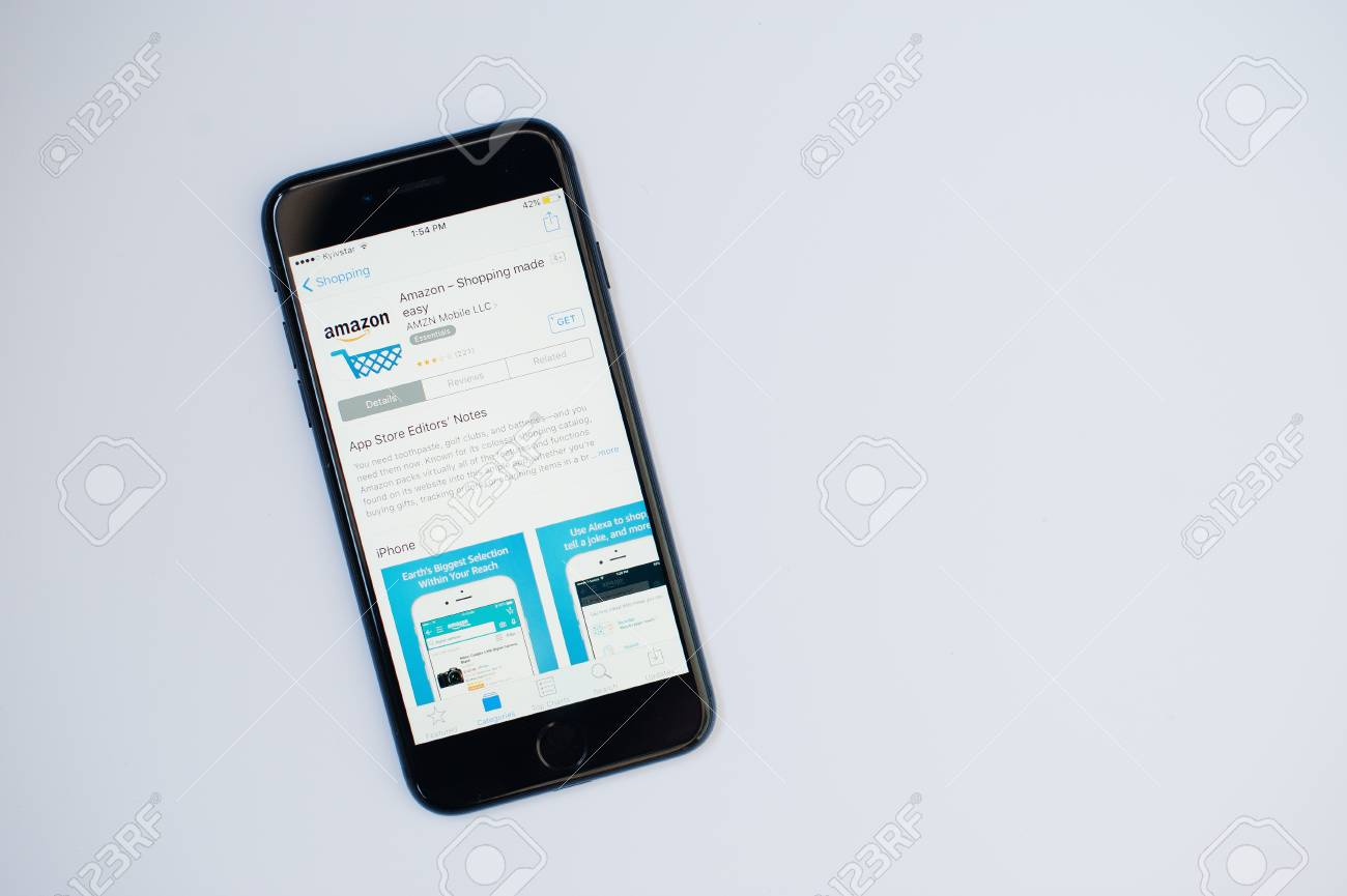 25a543fe2ae76c Foto de archivo - Kyiv, Ucrania - Jul 11,2017: Apple iPhone 7 con la  aplicación de Amazon en la pantalla en el App Store aislado en blanco.
