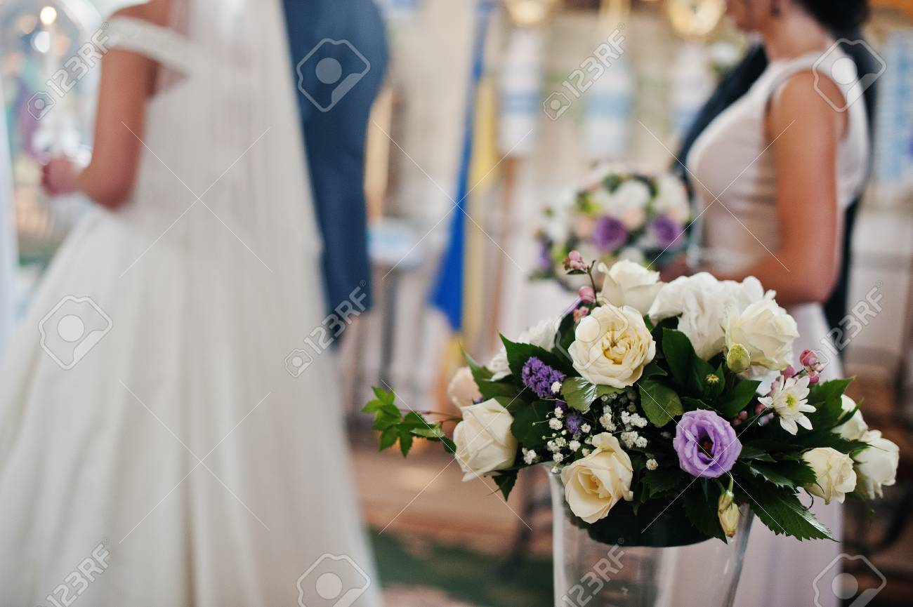 belle demoiselle d'honneur tenant un bouquet de mariage dans l