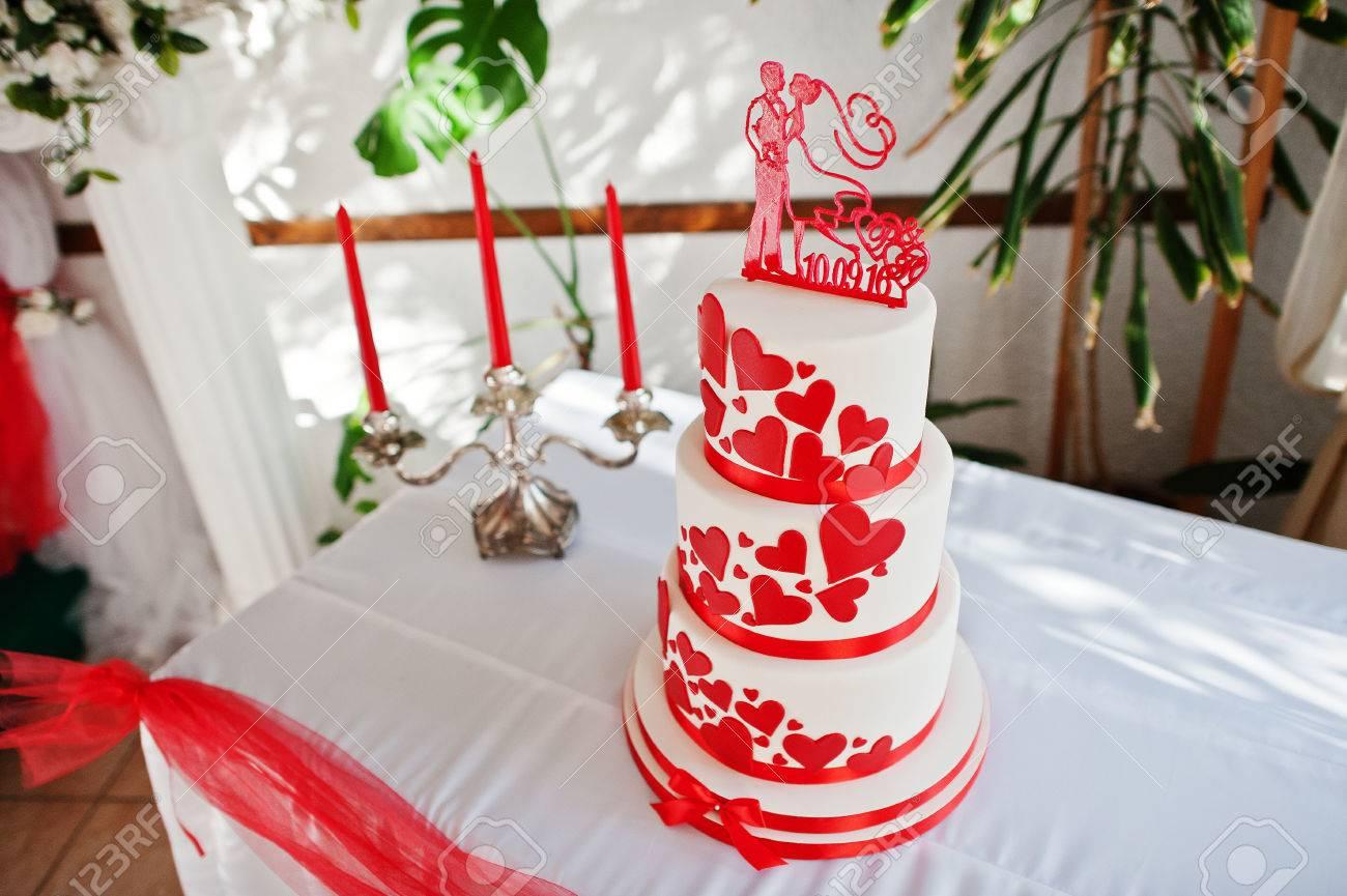 Gâteau De Mariage Rouge Et Blanc Incroyable Debout Sur La Table