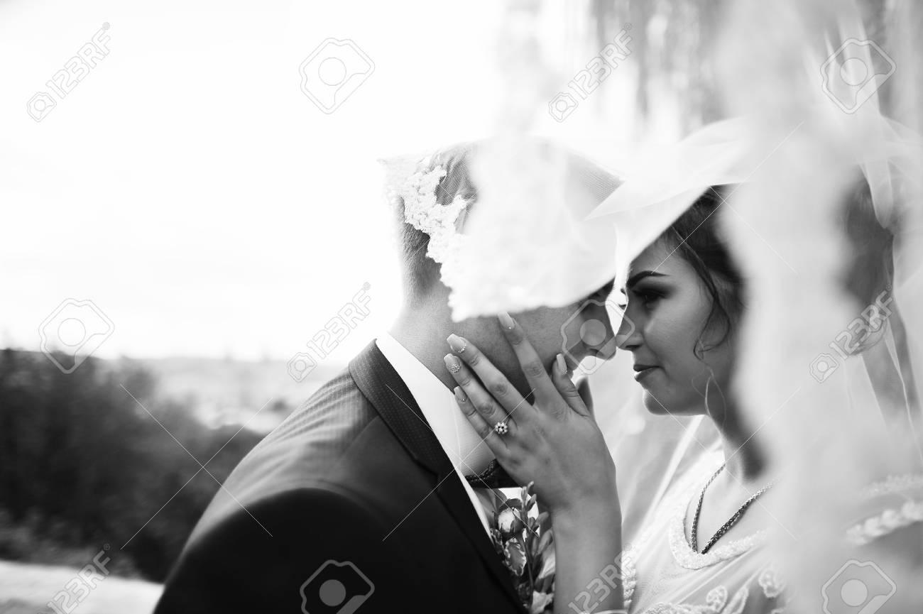 Beau Couple Nouvellement Marié Se Regardant